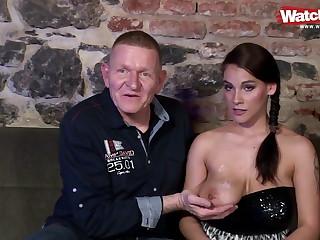 Opi bumst die junge Studentin mit den dicken Titten